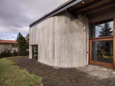 imposant mur béton - Bakkaflöt 14 par Studio Granda - Islande