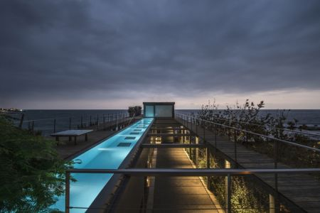 impressionnante piscine sur toiture - Amchit résidence par Blankpage architects -Liban