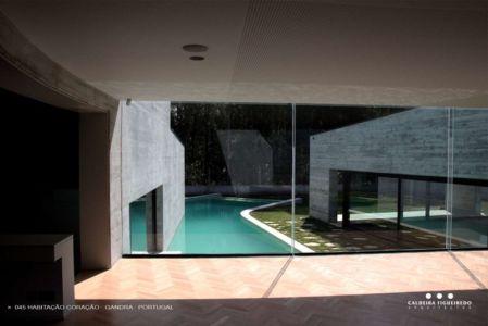intérieur vue piscine - Cardio House par Caldeira Figueiredo Arquitectos - Portugal