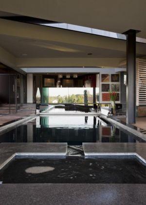 jacuzzi et piscine intérieure - House Tsi par Nico van der Meulen Architects - Afrique du Sud