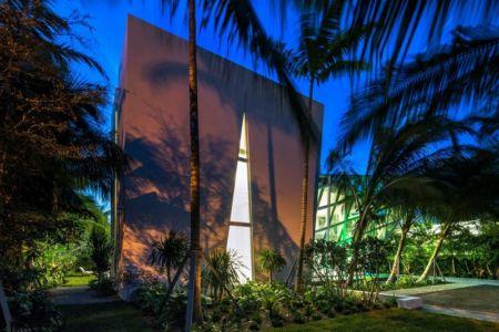 jardin et façade illuminés - The Ark-480 Ocean Blvd par Relance New York - Floride, USA