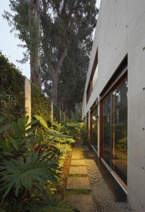 jardin & clôture - House-H par Jaime Ortiz Zevallos - Lima, Pérou