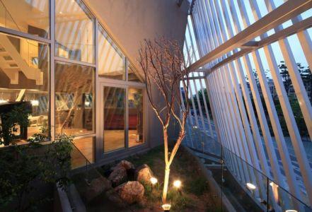 jardin intérieur illuminé - Kyeong Dok Jai par Uroje Khm Architects - Corée du Sud