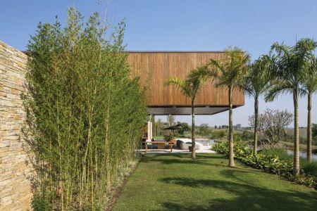 porte à faux sur terrasse - maison bois contemporaine par Jacobsen Arquitetura - Porto Feliz, Brésil