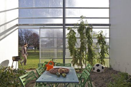 jardinet sous serre - maison agence par hérard & da costa portada -Neuville-sur-Seine, France - photo philippe ruault