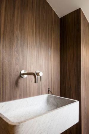 lavabo en marbre - Rénovation maison typique par Atelier Delphine Carrère - Bidart, France