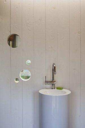 lavabo salle de bains - Witzmann résidence par Karawitz Architecture - France -  Photo Nicholas Calcott