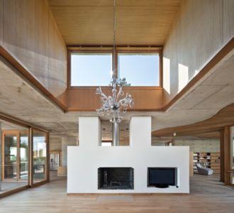 lustre, cheminée et tv - Maison Terrier par Bernard Quirot architecte + associés - Haute-Saône, France