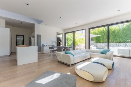 salon et séjour - maison ossature bois par Groupe Futura - France