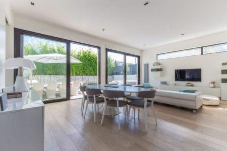 grandes baies vitrée pièce de vie - maison ossature bois par Groupe Futura - France