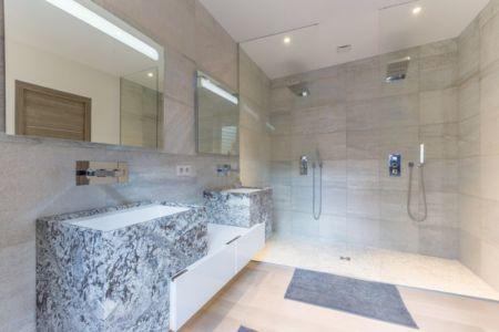salle de bains - maison ossature bois par Groupe Futura - France