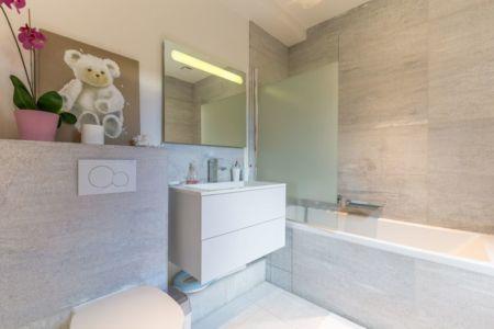 petite salle de bains - maison ossature bois par Groupe Futura - France