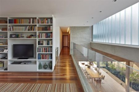 mezzanine et séjour - Modern Residence par Anastasia Architects- Belo Horizonte, Brésil -Photo Jomar Bragança