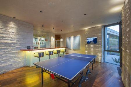mini bar intérieur & salle de pin-pong - home-Colorado par Bill Poss - Colorado, USA