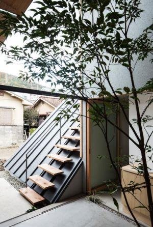 mini escalier extérieur sur la toiture - Eaves-House par Y Plus M Design - Kyoto, Japon