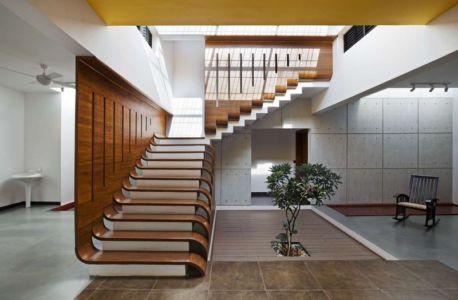 mini jardin intérieur & escalier étage - courtyard-house par The Purple Ink Studio - Bengaluru, Inde