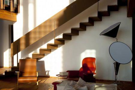 mini salon & escalier accès étage - Quinta-House par CANDIDA TABET ARQUITETURA - São Paulo, Brésil