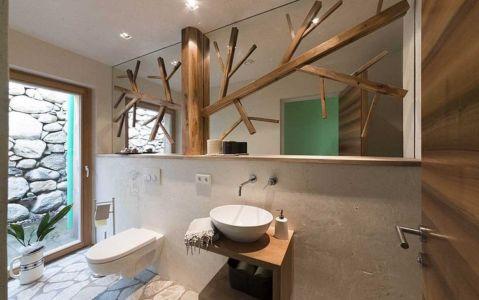 miroir bois salle de bains - Brunner House par Norbert Dalsass - Italie