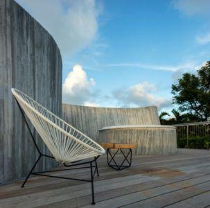 mobilier toit terrasse bois - Sun Path House par Studio Christian Wassmann - Miami, USA