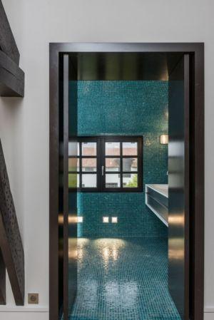 mosaïque salle de bains - Rénovation maison typique par Atelier Delphine Carrère - Bidart, France