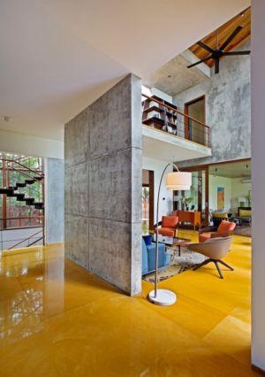 mur béton pièce de vie - Bhuwalka House par Khosla Associates - Bangalore, Inde
