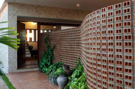 mur briques entrée - Casa do Arquiteto par Jirau Arquitetura - Pernambuco, Brésil