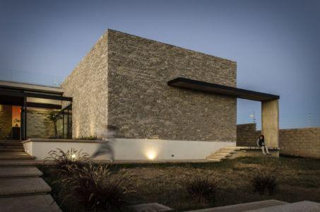 mur en pierres - La Tomatina House par Plastik Arquitectos - Aguascalientes, Mexique