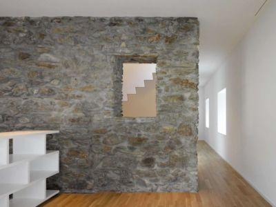 mur séparation intérieure en pierres - House-transformation par clavienrossier architects - Suisse