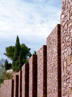 murs remparts - Paz & Comedias House par Ramon Esteve - Sagunt, Espagne