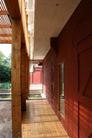 couloir extérieur - Red-House par Kate Otten Architectes - Afrique du Sud
