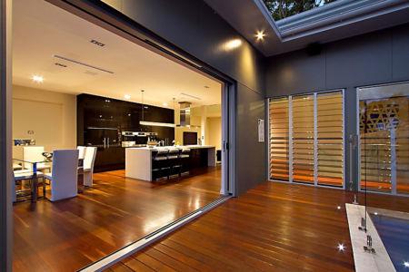 ouverture pièce de vie - Treetops Residence par Artas Architects & D Pearce Constructions - Toowong, Australie