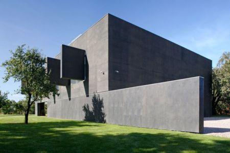 ouvertures béton coulissantes - safe-house par Robert Konieczny – KWK Promes - Varsovie, Pologne