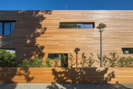 ouvertures vitrées & façade bois - Holistic Living Healthy par Graft Architects - Allemagne