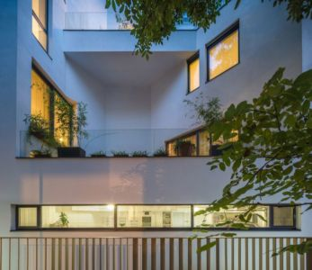 baies vitrées illuminées - Urban-Eco-House par Tecon Architects - Bucuresti Roumanie