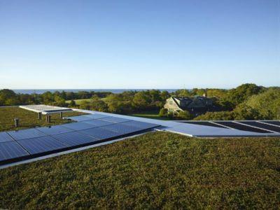 toiture végétalisée et panneaux solaires toit - Vineyard-Farm-House par Charles Rose Architectes - Vineyard, USA