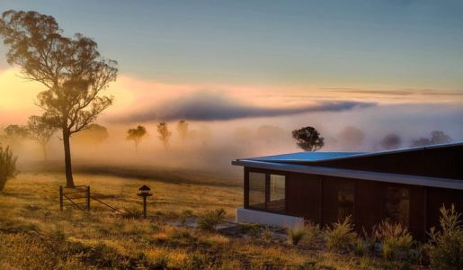 panorama dans la brume - High Country House par Luigi Rosselli Architects - Armidale, Australie