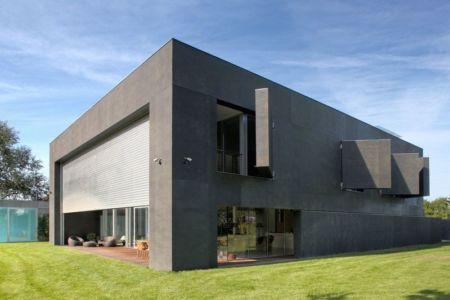 volet terrasse & fenêtres béton ouvertss - safe-house par Robert Konieczny – KWK Promes - Varsovie, Pologne