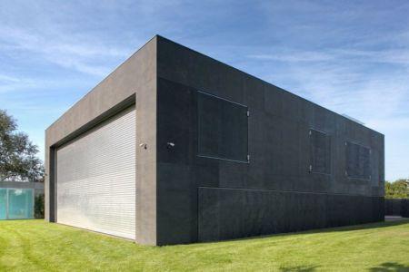 volet terrasse & fenêtres béton fermés - safe-house par Robert Konieczny – KWK Promes - Varsovie, Pologne