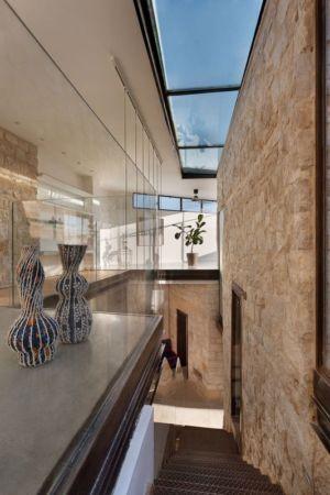 escalier, mezzanine et verrière- Stone-House par Henkin Shavit Architecture & Design - Safed, Israël
