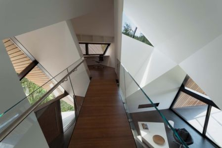 passage mezzanine - Hadaway house par Patkau architects - Whistler valley, Canada