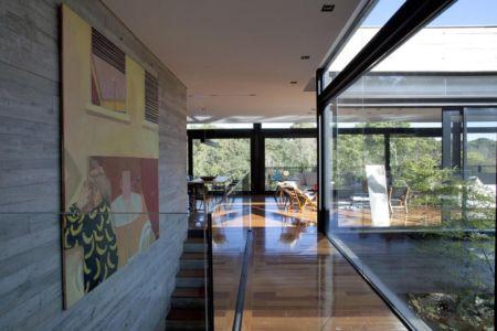 passage près escalier - LM Residence par Marcos Bertoldi Arquitetos - Campo Comprido, Brésil