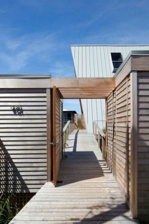 passerelle bois accès - frame-house par Bromley Caldari Architects - New York, USA