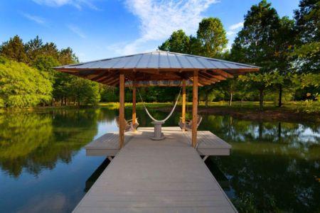passerelle en bois é mini pioèce de détente - Pond-House par Holly-Smith-&-Architectes - Louisiane, USA