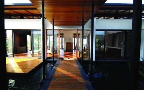 passerelle piscine - Nature House par JUNSEKINO Architect - Changwattana, Bangkok, Thaïlande