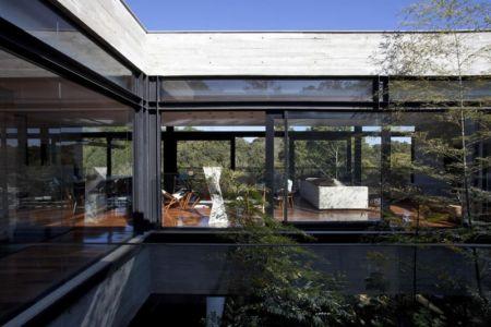 patio et pièce de vie - LM Residence par Marcos Bertoldi Arquitetos - Campo Comprido, Brésil