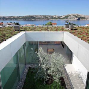 patio et toiture végétalisée - Olive House par LOG-URBIS - Pag, Croatie