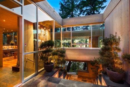 patio intérieur - villa contemporaine en bois par Daniel Evan White - Saanich, Canada