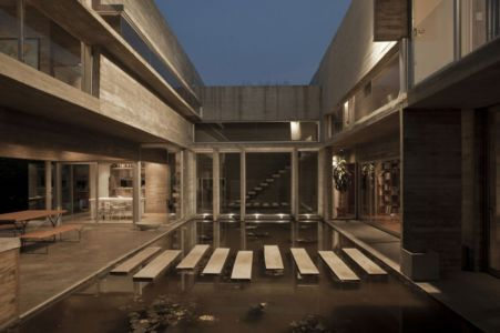 patio vue de nuit - Torcuato House par BAK arquitectos - Buenos Aires Province, Argentine