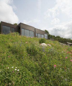 façade en contreplongée - La-chevre par Atelier Pierre Thibault - Québec, Canada