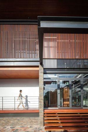 perron bois entrée - Bridge-House par Junsekino Architects And Design - Bangkok, Thaïlande